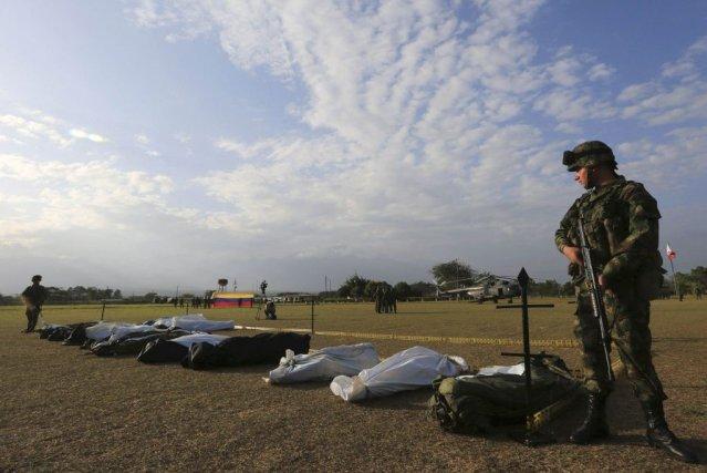 Un soldat colombien à proximité des corps desguérilleros... (PHOTO REUTERS)