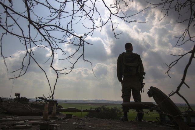 Un soldat israélien se tient sur un transporteur... (Photo: Reuters)
