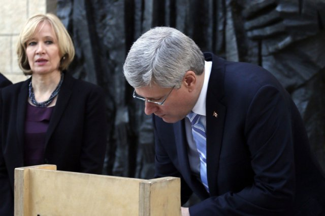 Stephen Harper a signé le livre d'or du... (Photo: Reuters)