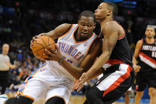Kevin Durant (à gauche) a franchi la barre... (Photo Mark D. Smith, USA Today)