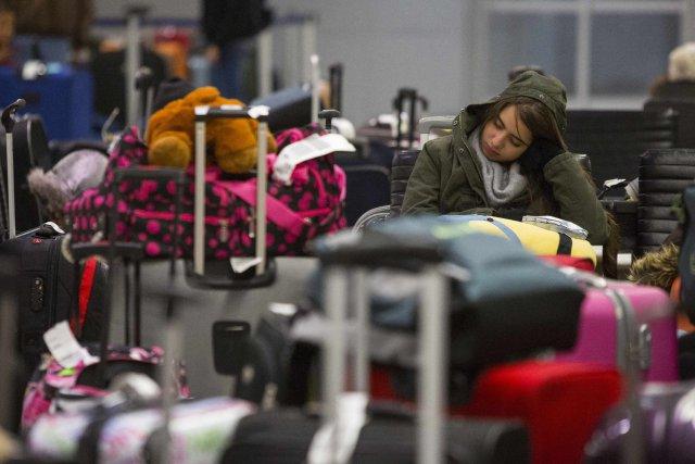 Les voyageurs et valises s'entassaient cette nuit à... (Photo ANDREW KELLY, Reuters)