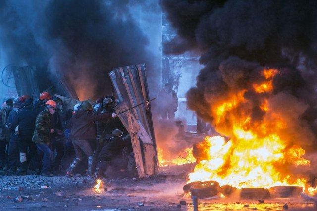 Les affrontements se sont encore intensifiés, avec plusieurs... (PHOTO DMITRY SEREBRYAKOV, AFP)