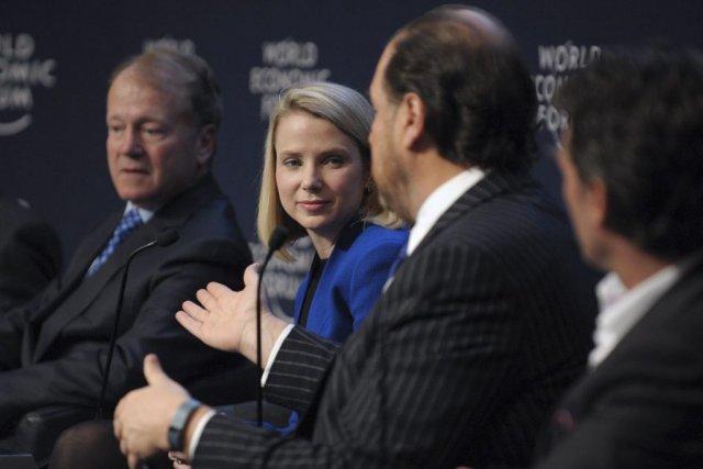 Le patron de Cisco, John Chambers,aux côtés deson... (PHOTO ERIC PIERMONT, AFP)