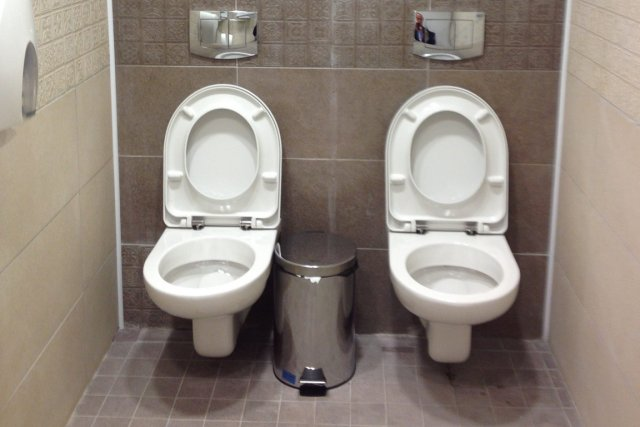 Les toilettes du Centre de biathlon de Sotchi.... (Photo AP)