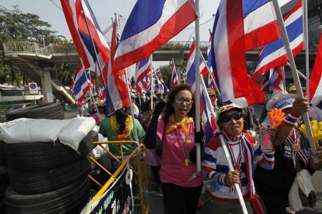 Les manifestants réclament la démission de la première... (PHOTO PAUL BARKER, REUTERS)