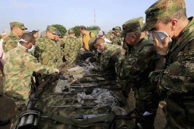 Des soldats colombiens récupèrent des armes confisquées à... (PHOTO JOSE MIGUEL GOMEZ, REUTERS)