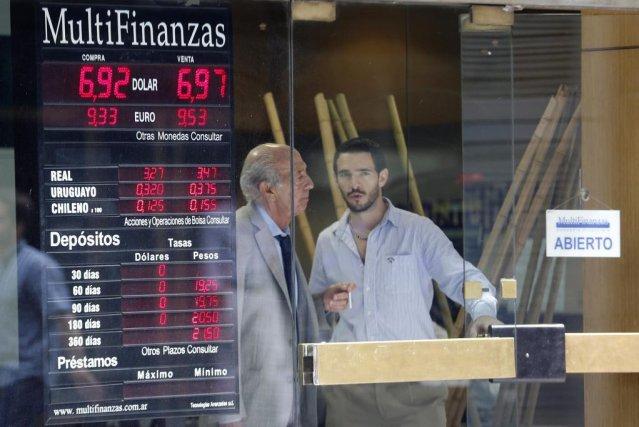 Les Argentins essaient d'effectuer le plus d'achats possibles... (PHOTO ENRIQUE MARCARIAN, REUTERS)