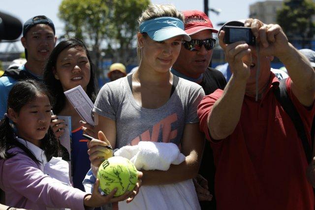 Eugenie Bouchard a signé des autographes et s'est... (Photo Aijaz Rahi, AP)