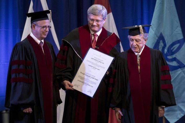 Stephen Harper a accepté mercredi un doctorat honorifique... (Photo: AFP)