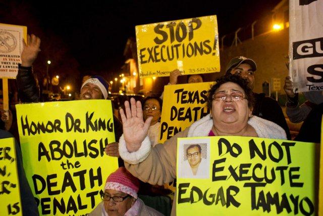 Des manifestants réclament l'annulation de l'exécution d'Edgar Tamayo... (PHOTO RICHARD CARSON, REUTERS)