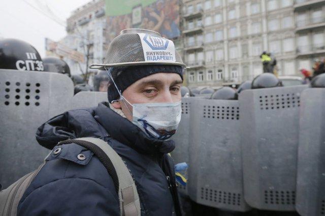 Un manifestant porte une passoire en guise de... (PHOTO EFREM LUKATSKY, AP)