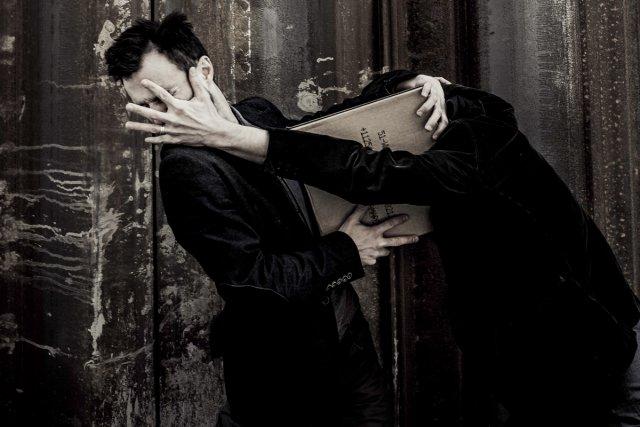 Les interprètes de La valeur des choses manipulent... (Photo: fournie par le Théâtre La Chapelle)
