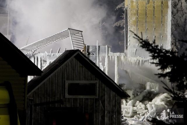 La fumée se dégageait des décombres de la... (Photo Alain Roberge, La Presse)