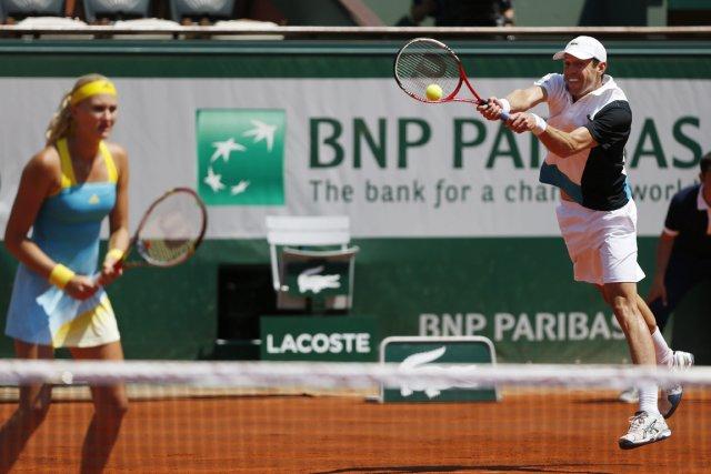 Le Canadien Daniel Nestor et sa partenaire française... (Photo Petr David Josek, archives AP)