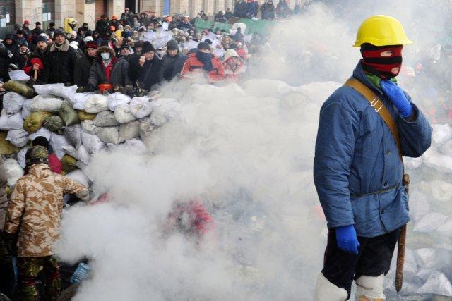 À Kiev, les manifestants poursuivent leur siège derrière... (PHOTO SERGEI SUPINSKY, AFP)