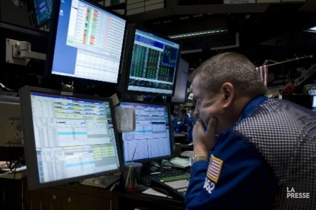 La Bourse de New York a succombé à un vent de pessimisme vendredi, les grands... (Photo Associated Press)