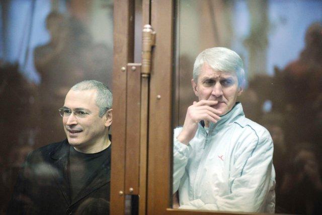 Platon Lebedev (à droite), qui devait être libéré... (PHOTO ALEXANDER NEMENOV, ARCHIVES AFP)