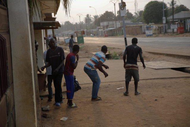 Des civils surpris par les tirs cherchent un... (Photo Jerome Delay, AP)