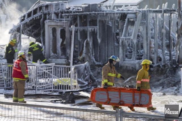 Des enquêteurs fouillaient les débris la Résidence du... (PHOTO ALAIN ROBERGE, LA PRESSE)