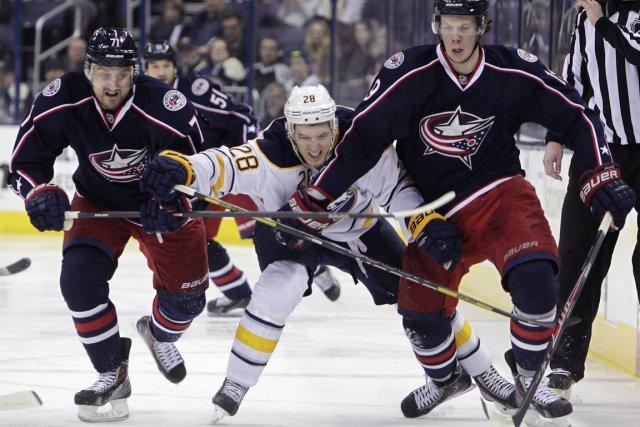 Nick Foligno, à gauche, Ryan Johansen, à droite,... (Photo Jay LaPrete, AP)