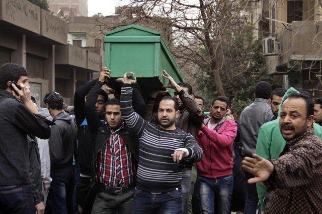 Des hommes transportent le cercueil d'une victime tuée... (PHOTO ALY HAZZAA, AP)