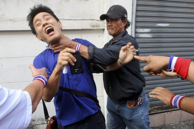 Un électeur a été attaqué par des manifestants... (PHOTO REUTERS/STRINGER)
