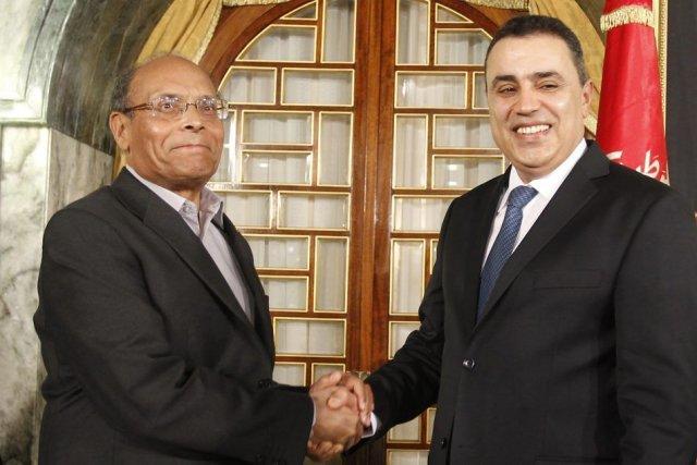 Le président Moncef Marzouki (à gauche) serre la... (PHOTO ZOUBEIR SOUISSI, REUTERS)