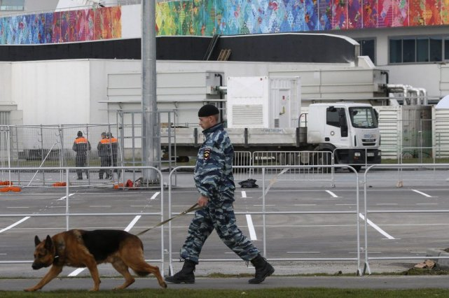 Un policier russe patrouille le parc olympique de... (PHOTO ALEXANDER DEMIANCHUK, REUTERS)