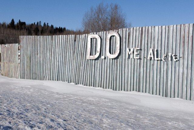 Une vieille clôture en décrépitude cache tant bien... ((Photo Mariane L. St-Gelais))