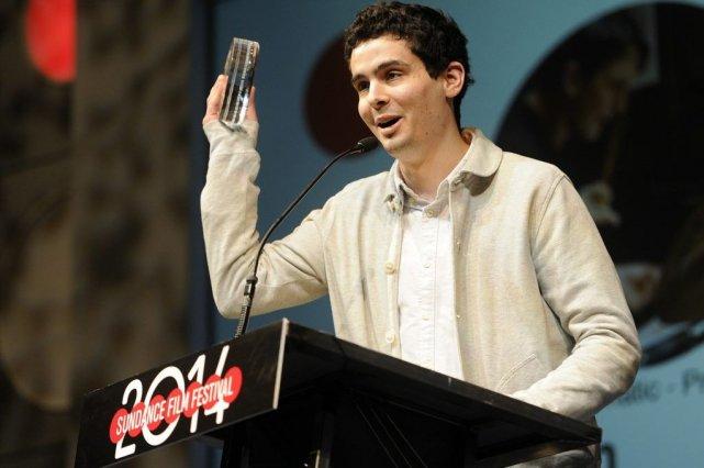 Le réalisateur Damien Chazelle reçoit son prix pour... (Photo Chris Pizzello, AP)