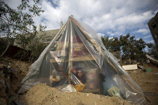 Une famille palestinienne utilise une tente comme abri... (PHOTO AGENCE FRANCE PRESSE)