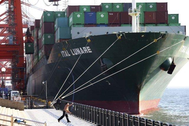 Un navire arrive au port de Tokyo le... (Photo Koji Sasahara, AFP)