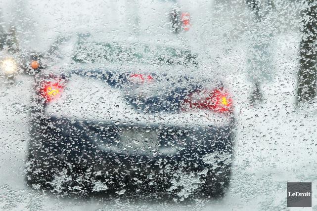 Les conditions routières sont périlleuses, lundi matin, dans l'Est ontarien, et... (Patrick Woodbury, LeDroit)