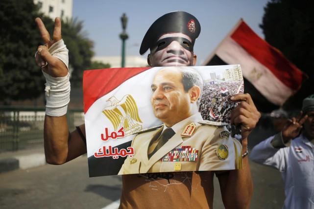 Un partisan du général Abdel Fattah al-Sissi brandit... (PHOTO HASSAN AMMAR, AP)
