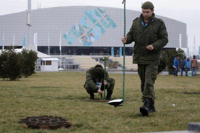 Des militaires russes examinent les égouts du parc... (Photo Alexander Demianchuk, Reuters)