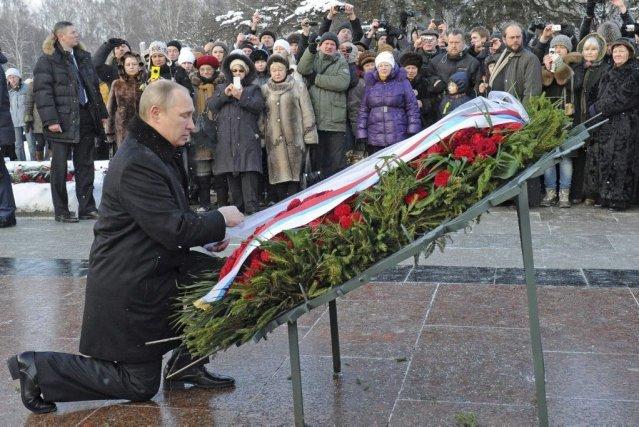 M.Poutine a déposé des fleurs au mémorial du... (PHOTO MIKHAIL KLIMENTYEV, AFP)