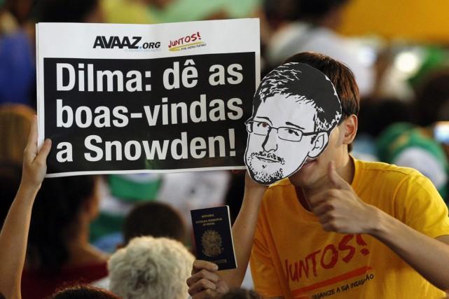 Des Brésiliens soutenant Edward Snowden ont demandé à... (PHOTO REUTERS)