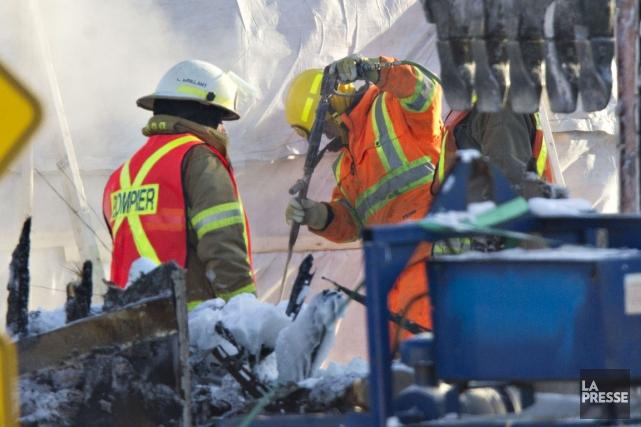 Des pompiers travaillent dans les décombres de la... (Photo Olivier Jean, La Presse)