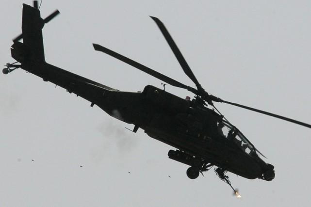 Quatre hélicoptère américains Apache se sont envolés vers... (Archives AFP)