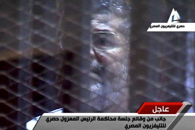 L'ex-président égyptien Mohamed Morsi comparaît,le 28 janvier, devant... (IMAGE AP/TÉLÉVISON D'ÉTAT ÉGYPTIENNE)