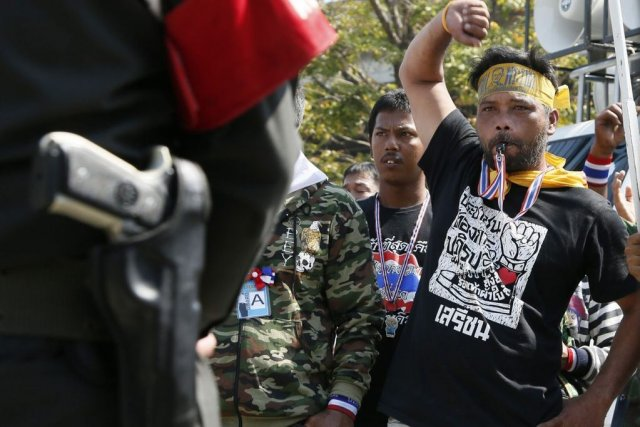 Tension palpable à Bangkok entre manifestants anti-gouvernement et... (Photo Reuters)