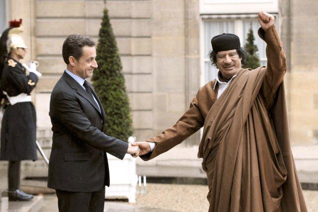 Mouammar Kadhafi (à droite) avait été reçu en... (PHOTO ERIC FEFERBERG, ARCHIVES AFP)