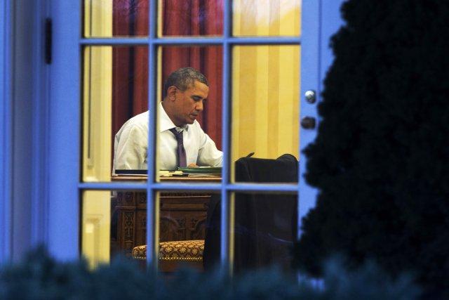 Le président Obama travaille dans le Bureau oval... (PHOTO JACQUELYN MARTIN, AP)