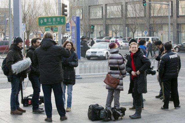 Des journalistes étrangers sont surveillés par la police... (PHOTO ANDY WONG, AP)