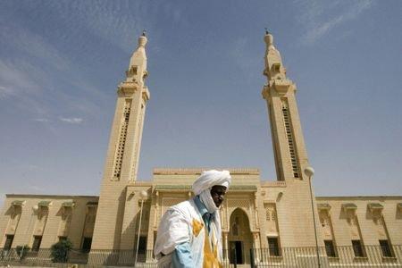 Un homme marche devant la mosquée Saudi, au... (Photo: archives Reuters)