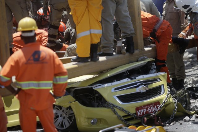 Deux voitures ont été broyées par la structure... (Photo Ricardo Moraes, Reuters)