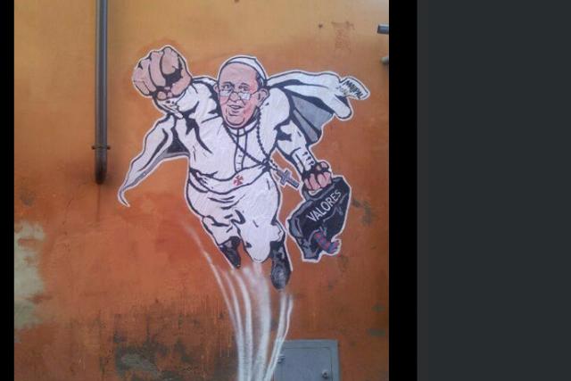 Un graffiti peint sur un mur de Rome montrant le pape François en superman a...