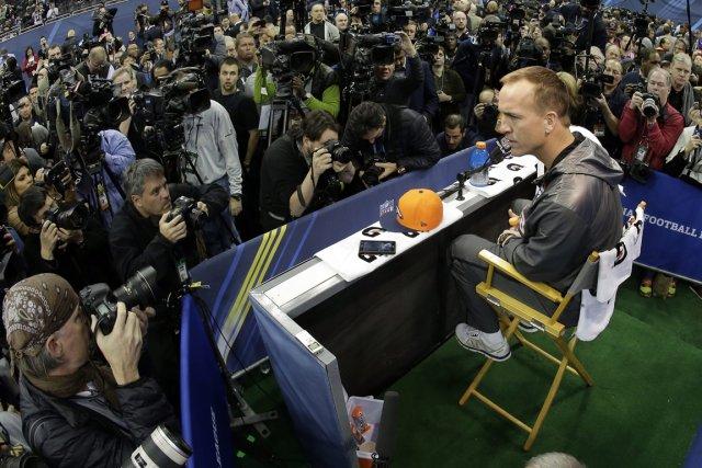 Peyton Manning a négocié avec aisance le cirque... (Photo Charlie Riedel, AP)