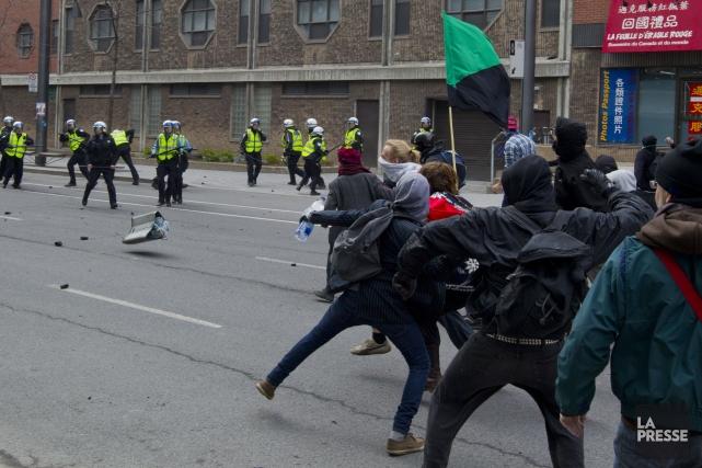 Quatre policiers et deux manifestants avaient été blessés... (Photo Alain Roberge, Archives La Presse)
