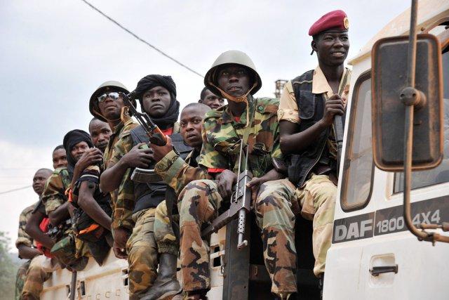 D'ex-rebelles Séléka sont escortés vers un camp militaire... (PHOTO ISSOUF SANOGO, AFP)